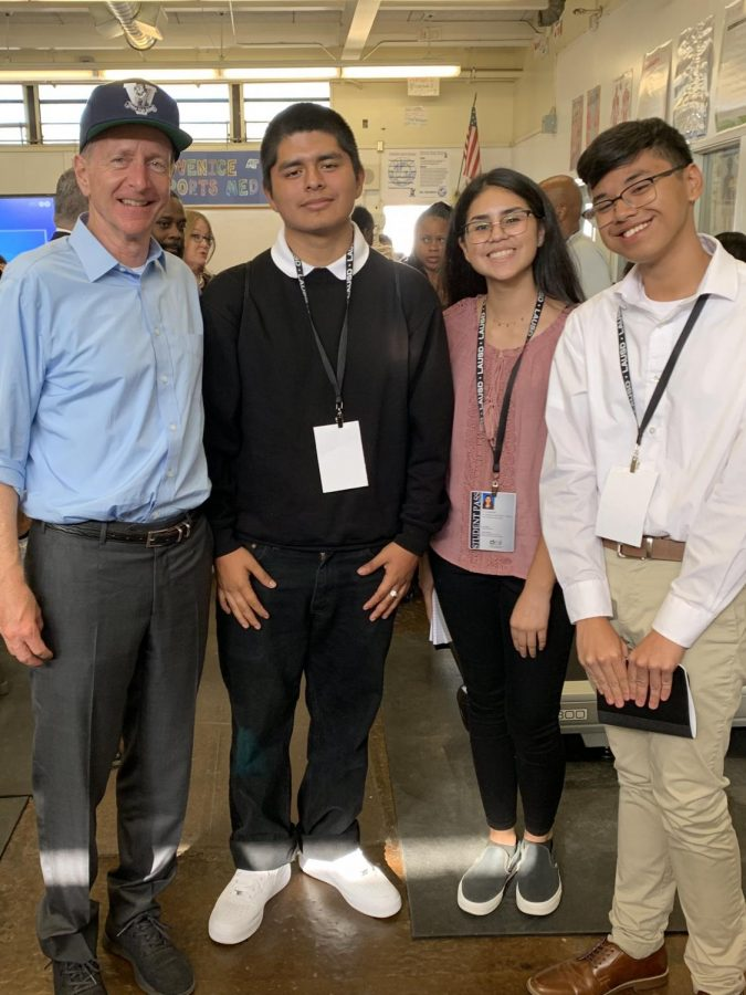 Superintendent Austin Beutner with student journalists Saul Vega, Valeria Luquin and Mhar Tenorio. (l